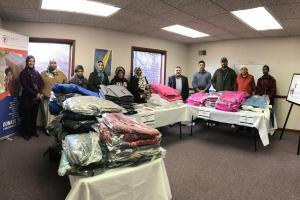 arabic.zakat.org - توزيع الاحتياجات الشتوية على المحتاجين واللاجئين في أمريكا